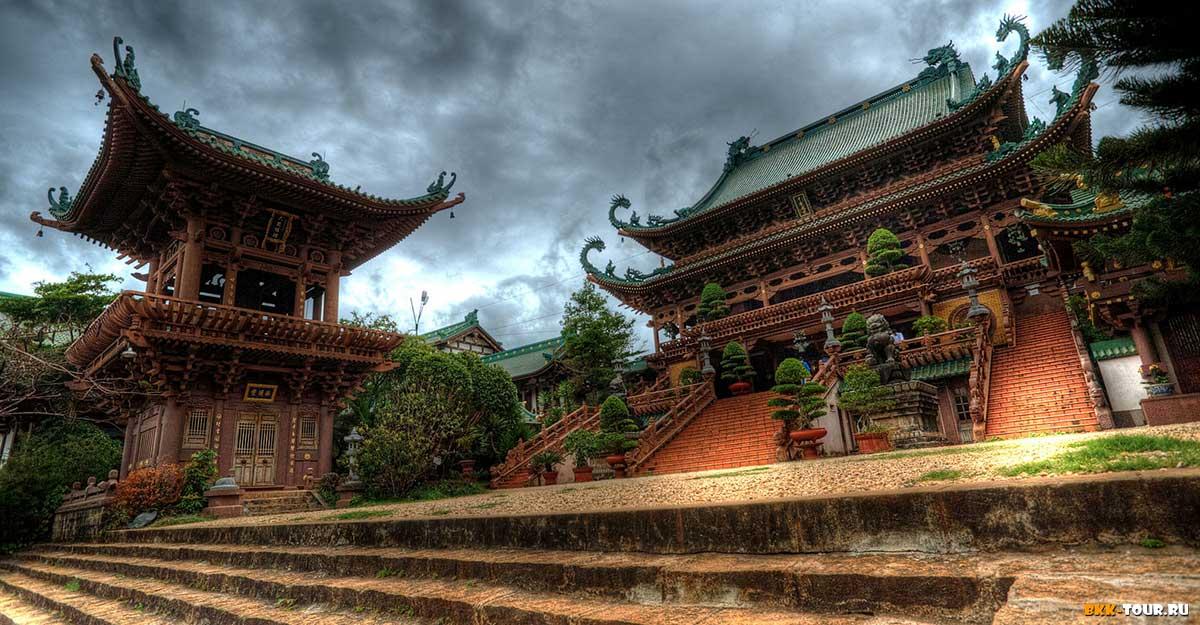 Храм Минь Тань имеет очень красивую китайскую архитектуру.