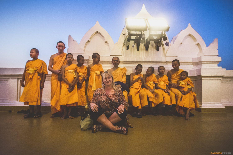 В храме Золотая гора с монахами