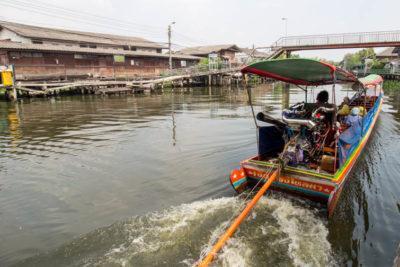Длиннохвостая лодка на канале Пхра канон в Бангкоке