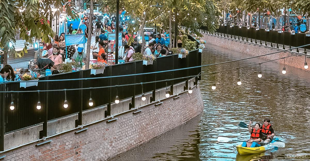 В отреставрированном канале Klong Ong Ang теперь по выходным можно прокатиться на каяках и прогуляться по променаду вечернего рынка.