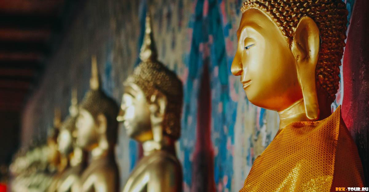 Галерея со статуями Будды в храме В