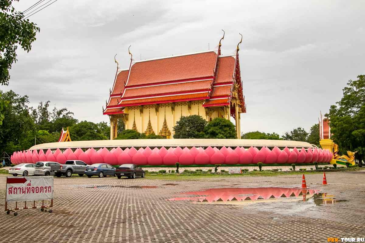 Убосот с лотосами в храме Wat Muang провинции Анг Тонг