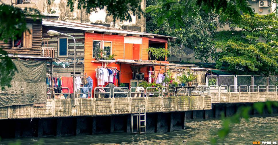 Яркий дом на берегу канала Саен Саеп