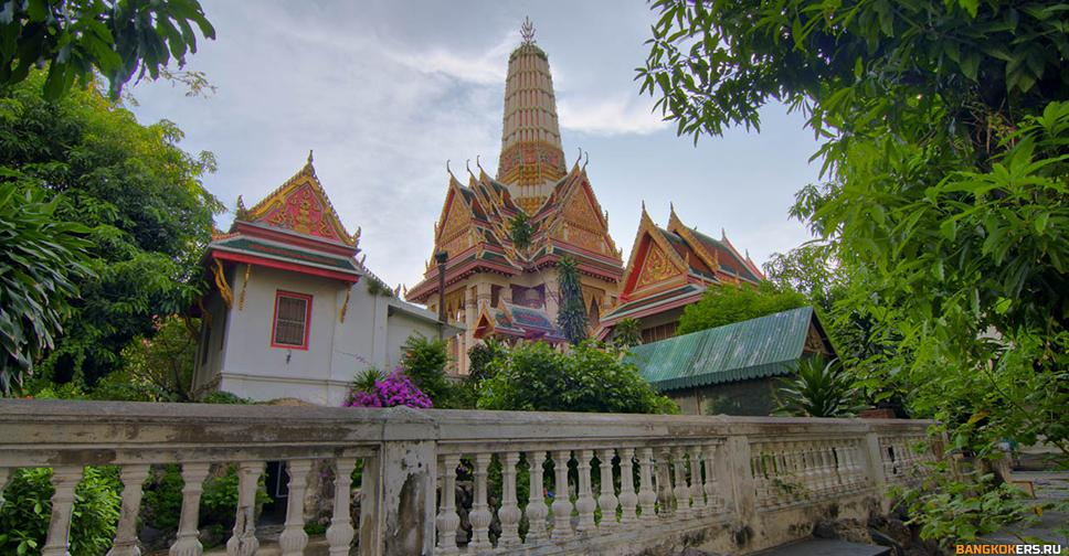 Храм крокодилов Wat Chakrawat в Бангкоке