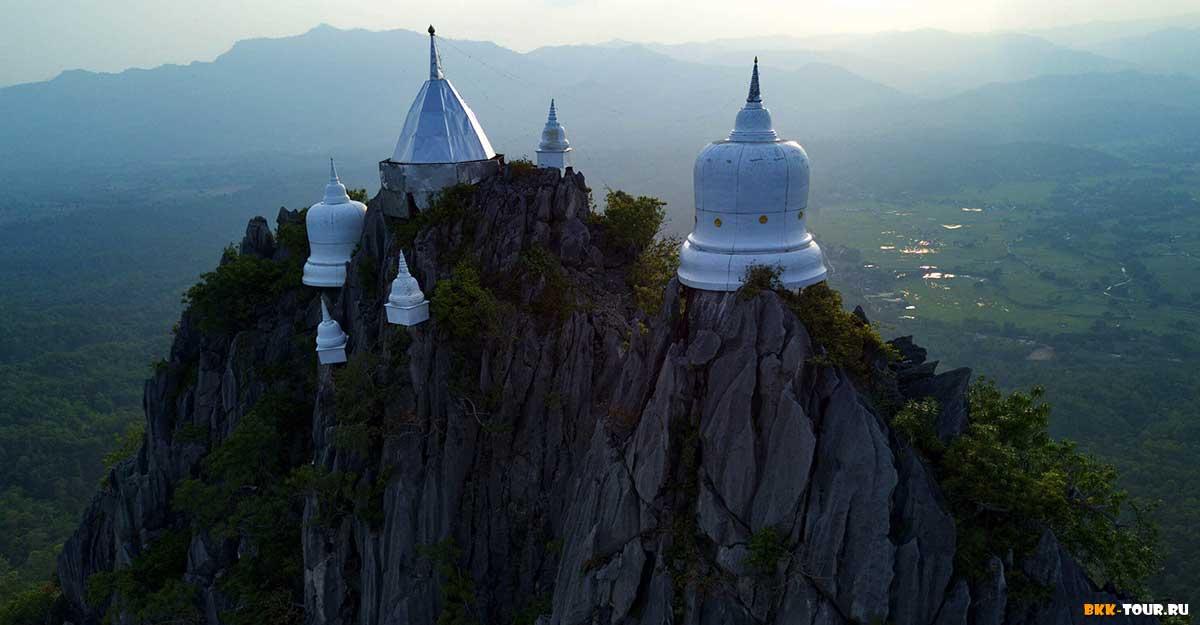 Wat Phra Bat Pu Pha Daeng - храм на скалах