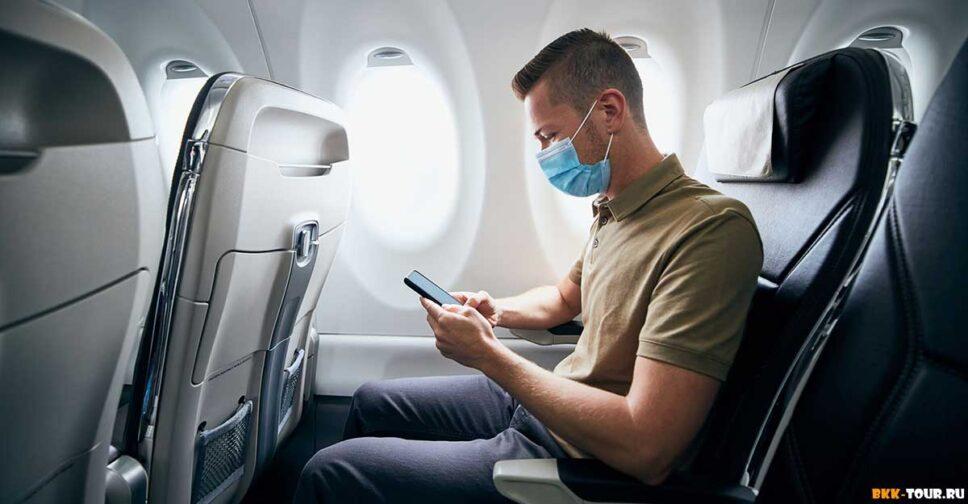 Человек в маске в самолете