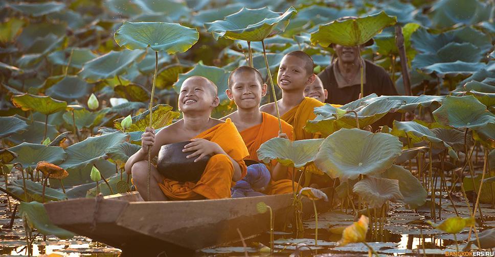 Маленькие монахи плывет на лодке