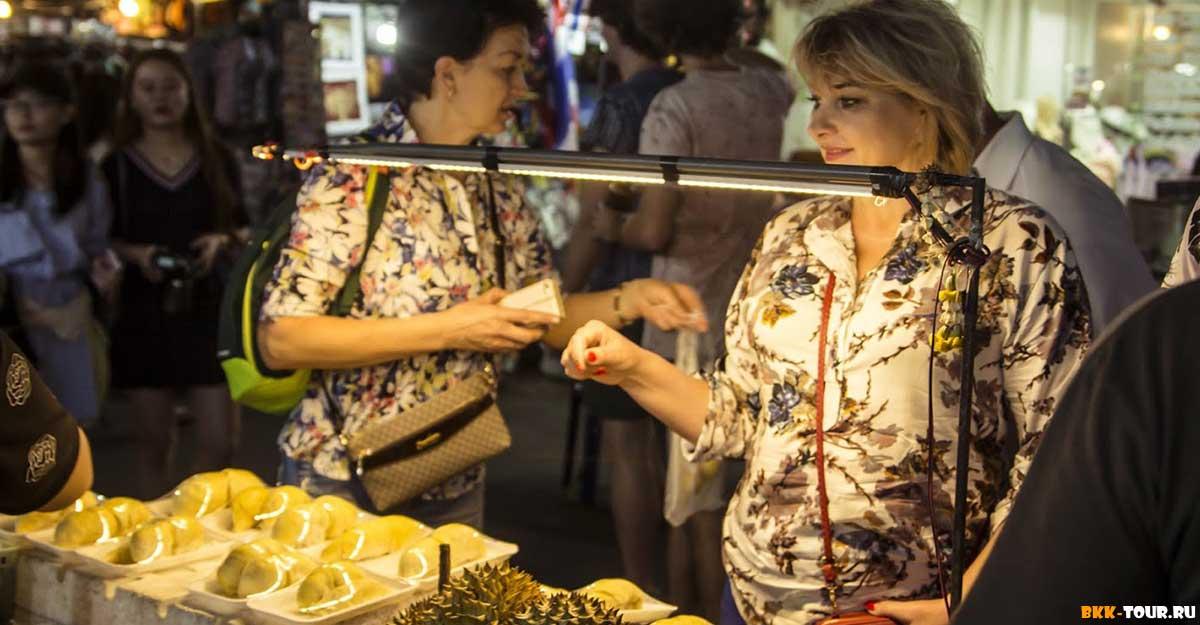 """Туристы пробуют дуриан на экскурсии """"Другой Бангкок"""""""