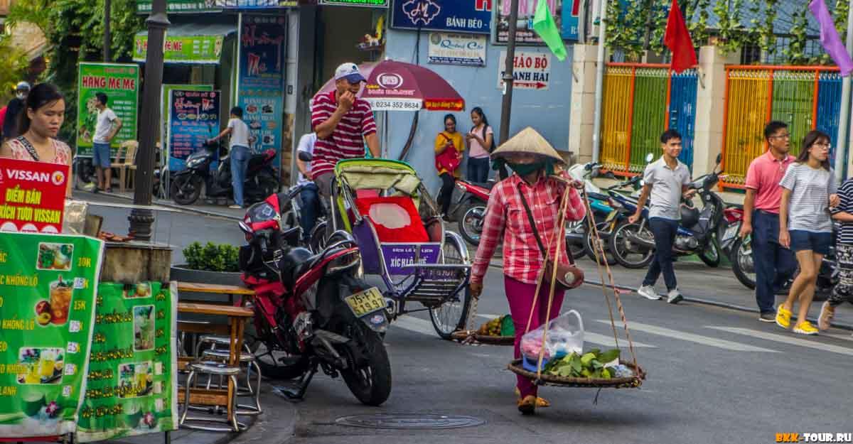 Приставалы-велорикши и продавцы в городе Хюэ