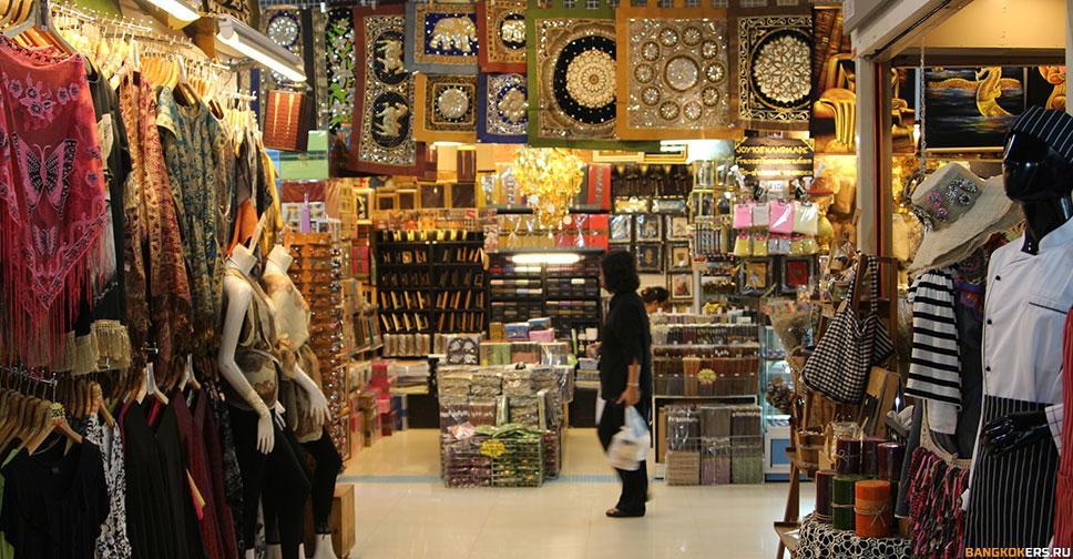 Шоппинг на рынке выходного дня Чатучак в Бангкоке. JJ Mall