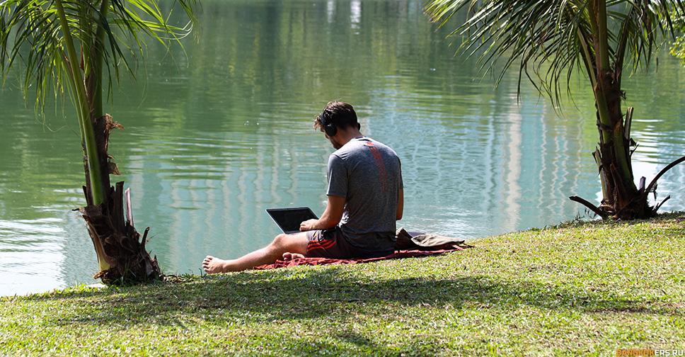 Парень с ноутбуком в парке Люмпини (Lumphini Park) ★ Экскурсии и туры по Таиланду.