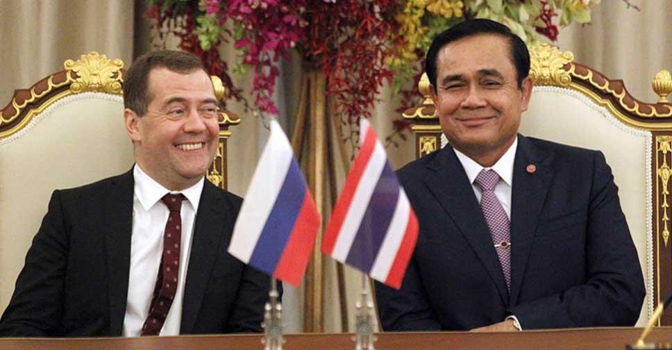 Премьер-министр РФ Дмитрий Медведев (слева) с премьер-министром Таиланда и военачальником генералом Прайутом Чан-очей во время государственного визита в Бангкок 8 апреля 2015 года.