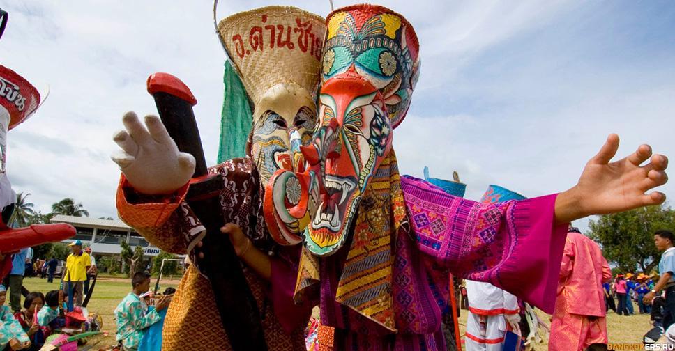 Красочный карнавал духов Пхи Та Кон взрывает бесшабашным весельем улицы тихого тайского городка.