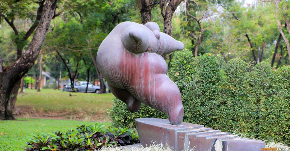 Статуя толстушки в парке Люмпини (Lumphini Park) ★ Экскурсии и туры по Таиланду.